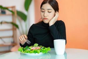 mujer aburrida no quiere comer foto