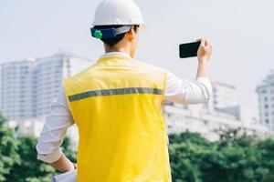 ingeniero de construcción asiático en el sitio de construcción foto