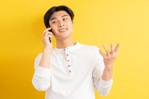 hombre asiático sobre un fondo amarillo foto