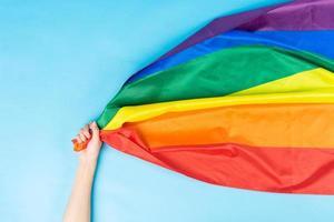 mano sosteniendo la bandera del arco iris foto