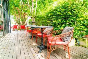 Silla y mesa de patio al aire libre en el restaurante cafetería foto