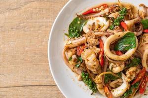 albahaca santa salteada con pulpo o calamar y hierbas - estilo de comida asiática foto