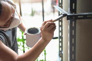 hágalo usted mismo, los artesanos utilizan pintura antioxidante para pintar piezas de hierro viejas. haz un estante en tu fin de semana libre foto