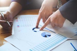un auditor apuntando a documentos para examinar presupuestos y fraude financiero. foto