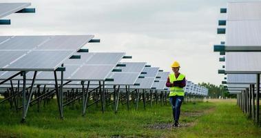 una joven ingeniera de células solares está trabajando duro. trabajando en energías alternativas energía solar foto