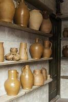 Vasijas de alfarería artesanal en una alfarería foto