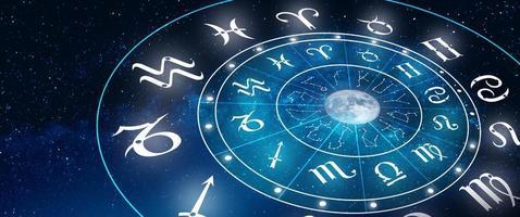 astrología signo del zodíaco del horóscopo en azul profundo la estrella y el fondo de la luna foto