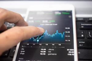 Gráfico de inversión empresarial de forex en la pantalla de enfoque suave del teléfono móvil foto