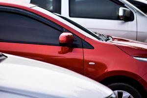 Fila de coches aparcados en el aparcamiento foto