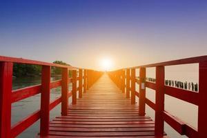 Puente largo en vista al mar en el fondo del amanecer del paisaje marino de la mañana foto