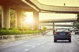 Conducción de automóviles en la carretera y asientos pequeños para automóviles de pasajeros en la carretera utilizados para viajes diarios. foto