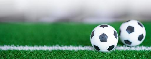 fútbol en césped o campo verde, el deporte más popular del mundo. foto