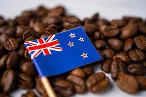 Bandera de Nueva Zelanda en los granos de café, concepto de comida de bebida de exportación de importación. foto