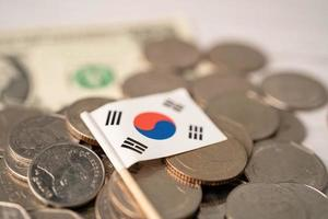 pila de monedas con la bandera de Corea sobre fondo blanco. foto