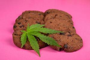 galletas de chocolate con efecto thc y cbd, comida dulce con marihuana foto