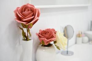 Detalles de decoración en moderno centro de bienestar con jarrón de flores y velas. foto