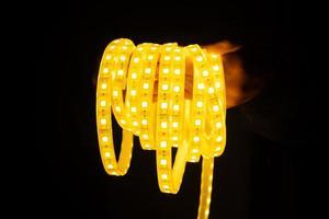 tira de led amarillo en la mano para iluminación foto