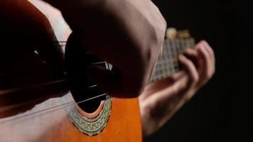 muzikant die akoestische gitaar speelt video