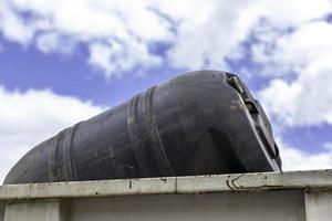 Tambor de aceite tirado a la basura. foto