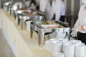 comida buffet, fiesta de comida de catering en un restaurante, mini canapés, bocadillos y aperitivos foto