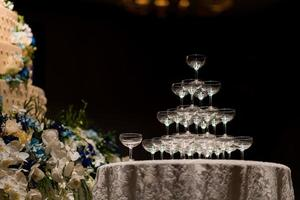 Copa de vino vacía con fondo borroso foto