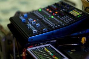 prueba de sonido para concierto, control de mezclador, ingeniero musical, backstage foto
