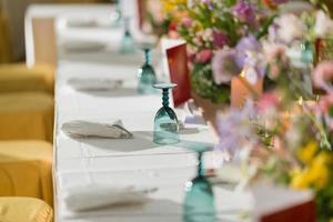 Copa de cóctel en la mesa, fiesta nocturna, celebración, vaso de agua foto