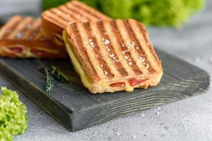 Deliciosas tostadas frescas a la parrilla con queso y jamón. foto