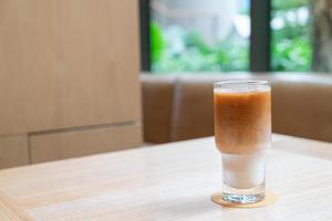 Vaso de café con leche helado en cafetería cafetería y restaurante foto