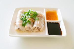 Rollitos de fideos de arroz al vapor chino con cangrejo foto