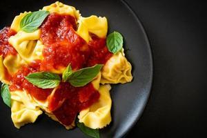 pasta tortellini italiano con salsa de tomate foto