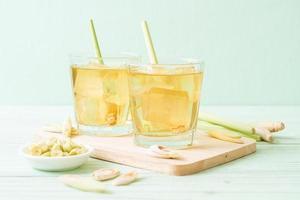 Jugo de hierba de limón helado sobre fondo de madera foto