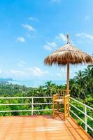 Silla vacía en el balcón con el fondo del mirador del mar océano en Tailandia foto
