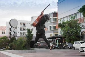 El hombre canta una canción y toca la guitarra al aire libre. foto