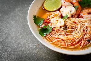 fideos con sopa picante y camarones o tom yum kung - estilo de comida asiática foto