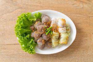 albóndigas de piel de arroz al vapor y albóndigas de tapioca al vapor con cerdo foto