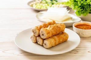 Albóndiga de cerdo vietnamita con envolturas de verduras, o nam-neaung o nham due - cultura alimentaria tradicional vietnamita foto