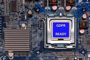 CPU de primer plano con etiqueta gdpr listo en la placa base del ordenador foto