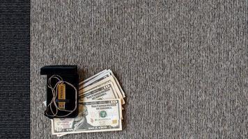 Disco USB con datos privados y dinero sobre un fondo textil de dos tonos. foto
