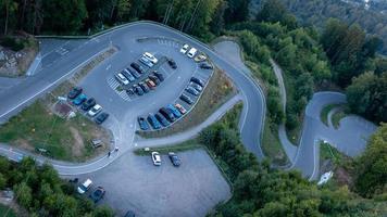 Vista de noche desde la torre de observación pyramidenkogel hasta el estacionamiento y la montaña serpentina, Carintia, Austria foto