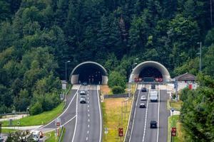 Hermosa vista de las montañas y la entrada al túnel de la autopista, cerca de la aldea de Werfen, Austria foto