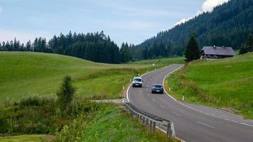 un pintoresco camino asfaltado de montaña a través de los Alpes. Austria. foto