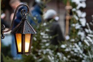 linternas medievales con ramas de abeto en el mercado navideño. Riga, Letonia foto