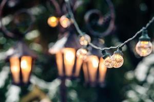 Girland en el mercado de navidad, fondo del árbol de navidad, el enfoque selectivo, Riga, Letonia foto