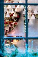 cristales congelados a través de los cuales se ven adornos navideños. el concepto de navidad - imagen foto