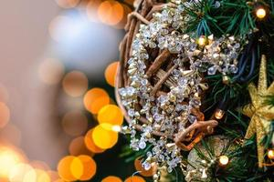 cerca de la foto. adornos navideños y luces. foto