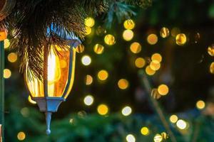 cerca de la foto. adornos navideños, linternas y luces. foto