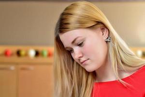 retrato de una joven rubia con un vestido rojo. foto