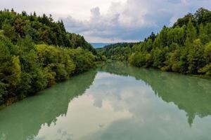 bosque y río en otoño foto