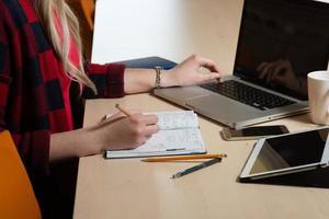 mujer rubia trabajando en la oficina foto